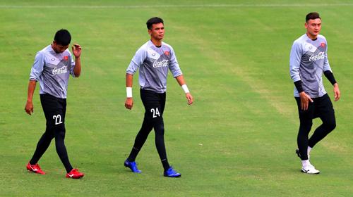 Thủ môn Văn Cường (giữa) là một trong số các cầu thủ sớm chia tay giấc mơ AFF Cup.