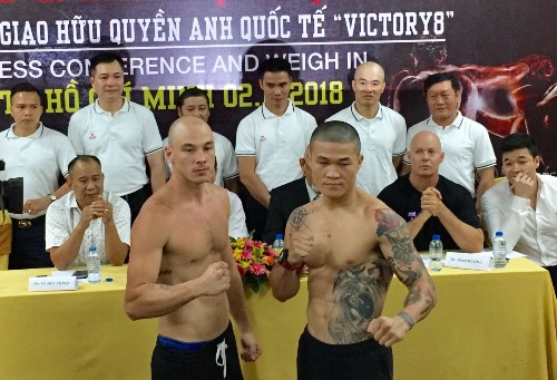 Trương Đình Hoàng (phải) và Mateo Tapia sau khi hoàn tất cân nặng. Ảnh: Mạnh Trí.