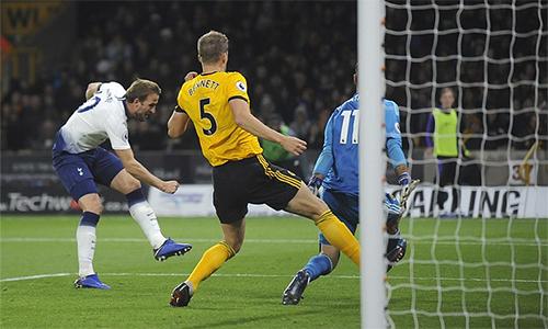 Kane (áo trắng) nâng tỷ số lên 3-0 ở phút 61. Ảnh: AP.