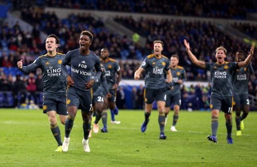 Toàn đội Leicester cùng nhau chung vui bàn thắng với cổ động viên. Ảnh: AFP.