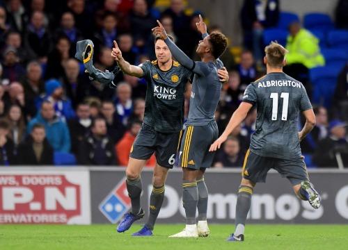Gray cởi áo và giơ tay lên trời làm dấu dành tặng bàn thắng cho vị cố chủ tịch. Ảnh: AFP.