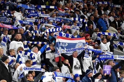 Cổ động viên Leicester mặc áo và mang biểu ngữ tri ân ông Vichai. Ảnh: Reuters.