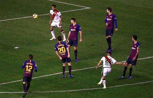 Tuyệt phẩm cứa lòng của Pozo khiến hàng thủ Barca chỉ biết đứng nhìn.