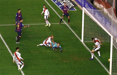 Suarez dễ dàng đệm bóng mở tỷ số sau đường chuyền của Alba. Ảnh: Reuters