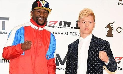 Mayweather và Nasukawa trong buổi họp báo ra mắt trận đấu. Ảnh: AFP.