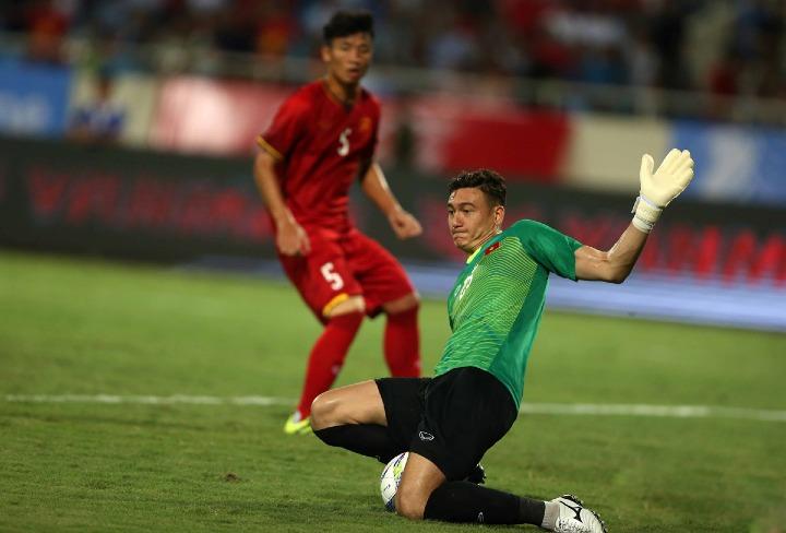 Sự vững chắc của Văn Lâm ở khung gỗ có thể giúp Việt Nam hướng tới chức vô địch AFF Cup thứ hai. Ảnh: SS.