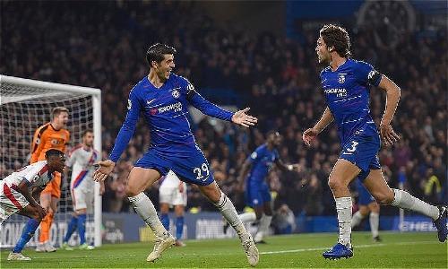 Morata (số 29) mừng bàn thắng nâng tỷ số lên 2-1 với Alonso (số 3). Đây là pha lập công thứ tư trong bốn trận gần nhất với Morata. Ảnh: DM.