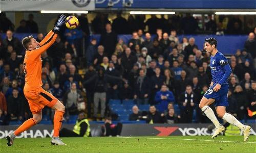 Morata lỡ hat-trick với cú bấm bóng đơn giản ở cuối trận, khi khán giả đã đồng loại đứng dậy. Ảnh: AFP.