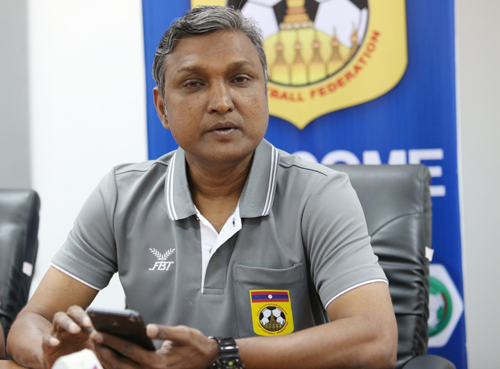 Cựu tuyển thủ và HLV tuyển SingaporeSundramoorthy được kỳ vọng sẽ giúp bóng đá Lào lột xác tại AFF Cup 2018. Ảnh: Lâm Thỏa
