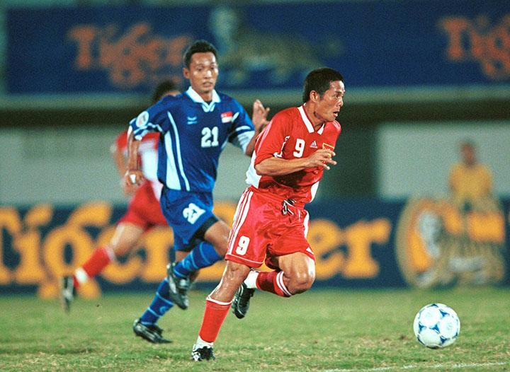 Vũ Công Tuyền (áo đỏ) tại Tiger Cup 2000.