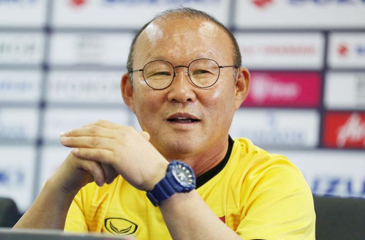 HLV Park Hang-seo cười vui vẻ trong buổi họp tại trụ sở Liên đoàn bóng đá Lào sáng 7/11. Ảnh: Đức Đồng
