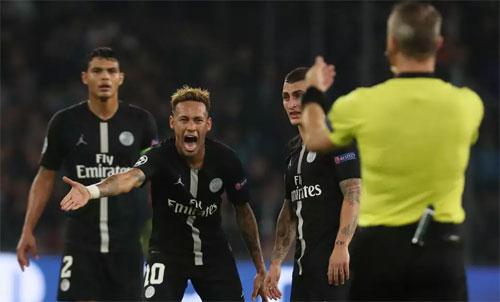 Neymar nhận phạt sau khi khiếu nại với trọng tài. Ảnh: Reuters