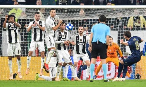Pha đá phạt gỡ hòa cho Man Utd của Juan Mata. Ảnh: AFP.