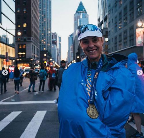 Mina vui mừng sau khi hoàn thành chặng đầu tiên tại New York City Marathontrong thử thách 100 chặng marathon của bà. Ảnh: Instagram / minaguli.