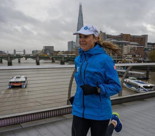 Mina Guli chạy qua sông Thames ở London hôm 7/11.