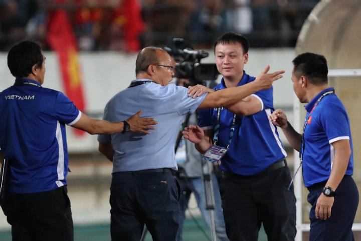 Các thành viên trong ban huấn luyện đội tuyển Việt Nam phải can ngăn HLV Park Hang-seo ở những phút cuối trận đấu với Lào. Ảnh: Đức Đồng.