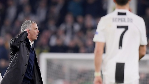 Mourinho và hành động trêu tức đối phương tại sân Juventus. Ảnh: AFP.