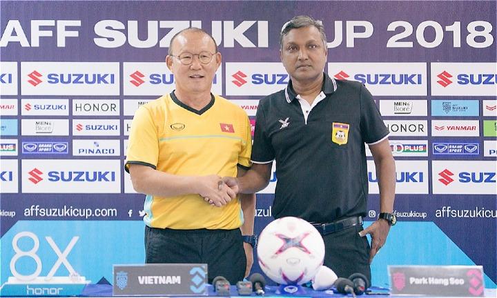 HLV Park (trái) bắt tay với đồng nghiệp người Singapore V. Sundramoorthy, một ngày trước trận đấu. Ảnh: AFF.