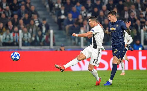 Ronaldo ghi bàn đầu tiên tại Champions League mùa này với cú vô lê một chạm mở tỷ số. Ảnh: Reuters.