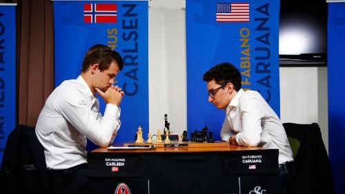 Carlsen (trái) và Caruana là cặp đấu tranh ngôi vua cờ cân bằng nhất lịch sử, tính theo Elo. Ảnh: AP.