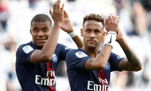 Neymar và Mbappe sẽ bị trừ thưởng nếu quên vỗ tay cảm ơn khán giả. Ảnh: Reuters