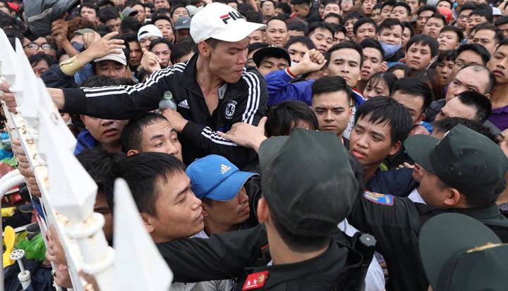 Người hâm mộ, phe vé chen lấn, xô đẩy khi mua tại Mỹ Đình ngày 11/11. Ảnh; Ngọc Thành