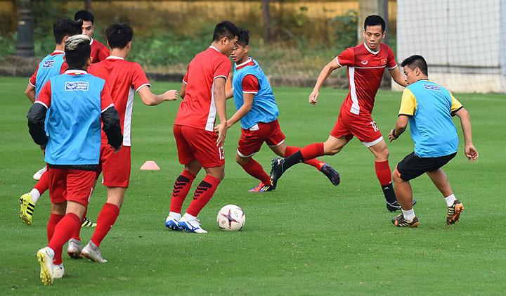 Cầu thủ Việt Nam tập ban bật trong cự ly hẹp, chuẩn bị cho trận gặp Malaysia. Ảnh: Giang Huy.