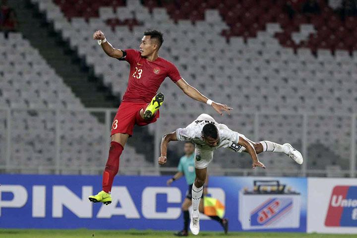 Dù chơi trên sân nhà Bung Karno, Indonesia (áo đỏ) chơi không tốt và để Timor Leste mở tỷ số. Trên các khán đài, rất nhiều ghế trống xuất hiện. Ảnh: AFF.