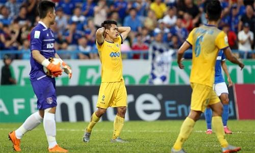 Cầu thủ Thanh Hóa (áo vàng) hoang mang khi chưa biết tương lai đội bóng sẽ về đâu. Ảnh: Lâm Thỏa.