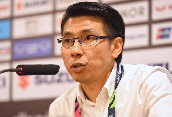 HLV Tan trả lời họp báo sau trận đấu trên sân Mỹ Đình tối 16/11. Ảnh: Giang Huy.