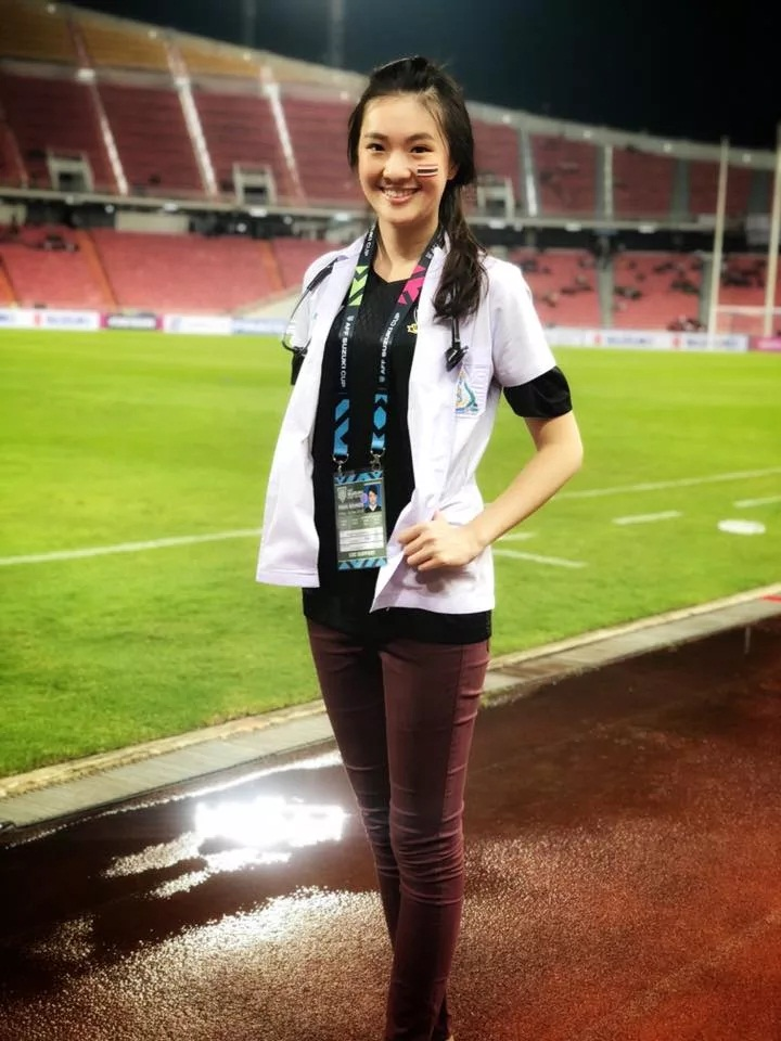 Triwutpipatkul luôn túc trực bên ngoài sân trong mỗi trận đấu của tuyển Thái Lan. Ảnh: Facebook.