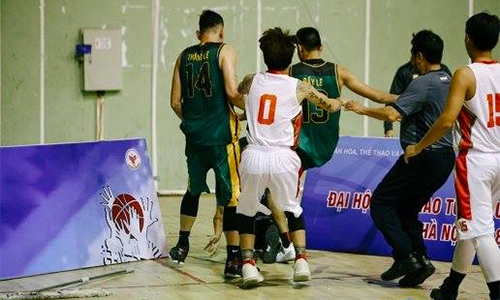 Hai cầu thủ bóng rổ VBA đấm trọng tài - Thể Thao