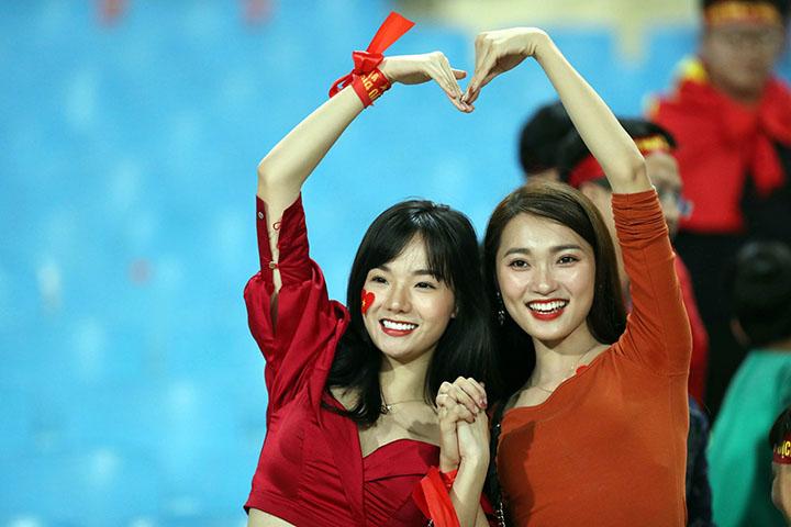 Hai nữ CĐV Việt Nam trên sân Mỹ Đình tối 16/11. Ảnh: Đức Đồng.