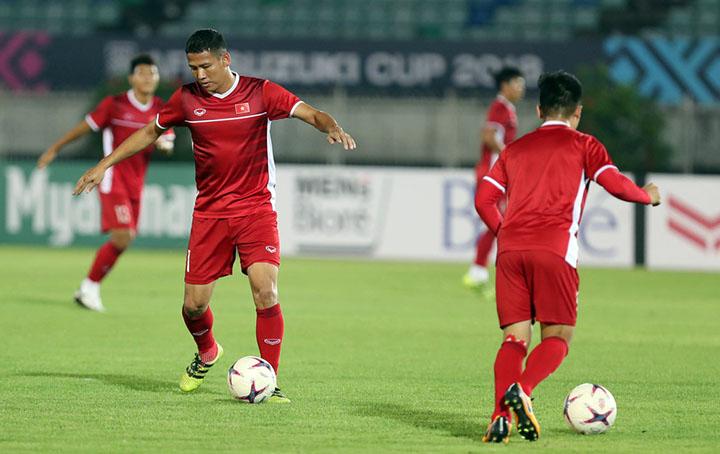 Anh Đức (trái) nằm trong số cầu thủ được HLV Park Hang-seo yêu cầu tập đá phạt đền tối 19/11, trong buổi làm quen sân Thuwunna. Ảnh: Lâm Đồng.