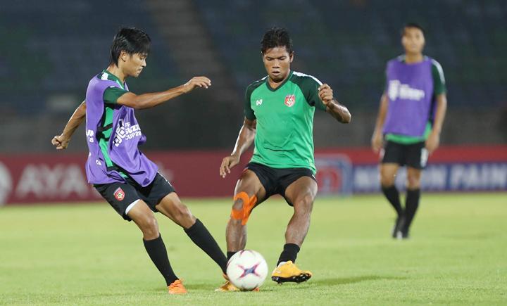 Win Thein Than (áo xanh) tập luyện cùng các đồng đội tại sân Thuwunna tối 19/11. Ảnh: Đức Đồng