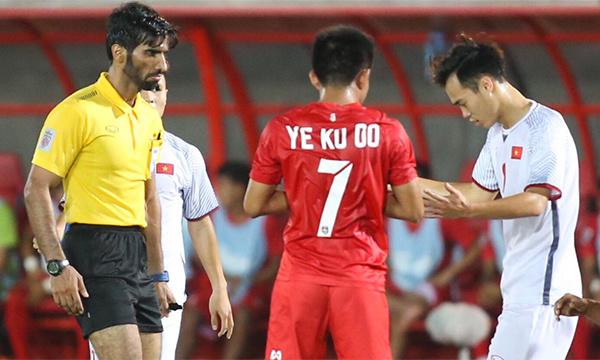 Trọng tài người Qatar hôm nay có nhiều quyết định gây bất lợi cho tuyển Việt Nam. Ảnh: Lâm Thoả.