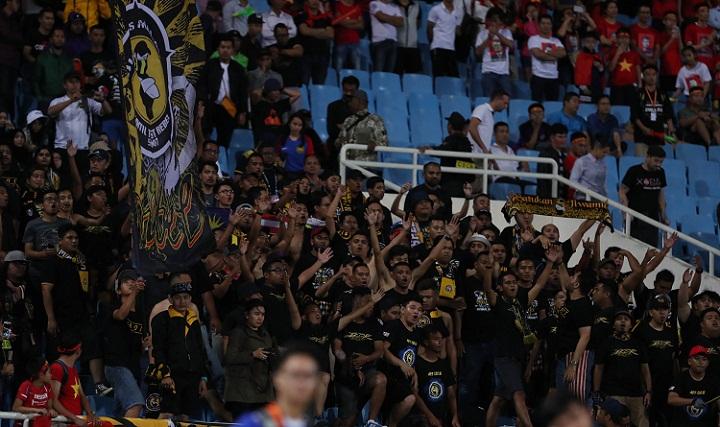 Các CĐV Malaysia trên sân Mỹ Đình ở trận đấu với Việt Nam. Ảnh: Đức Đồng.