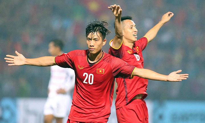 Niềm vui của Văn Đức (số 20) sau khi ấn định chiến thắng 3-0 cho Việt Nam tối 24/11. Ảnh: Đức Đồng.