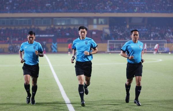 Tổ trọng tài làm việc trận đấu gồm Ma Ning (Trung Quốc, giữa), trợ lý một Srichai Rachain (Thái Lan) và trợ lý hai Dinan Lazuardi (Indonesia).