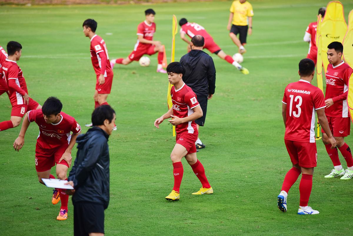 Văn Toàn trở lại sân tập trước trận đấu Philippines