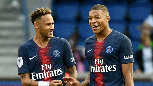 Mbappe (phải) đang có màn trình diễn ấn tượng hơn Neymar trong năm 2018. Ảnh: AFP.