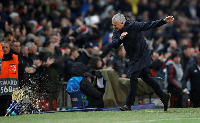 Mourinho đập tan thùng nước sau bàn thắng muộn của Man Utd