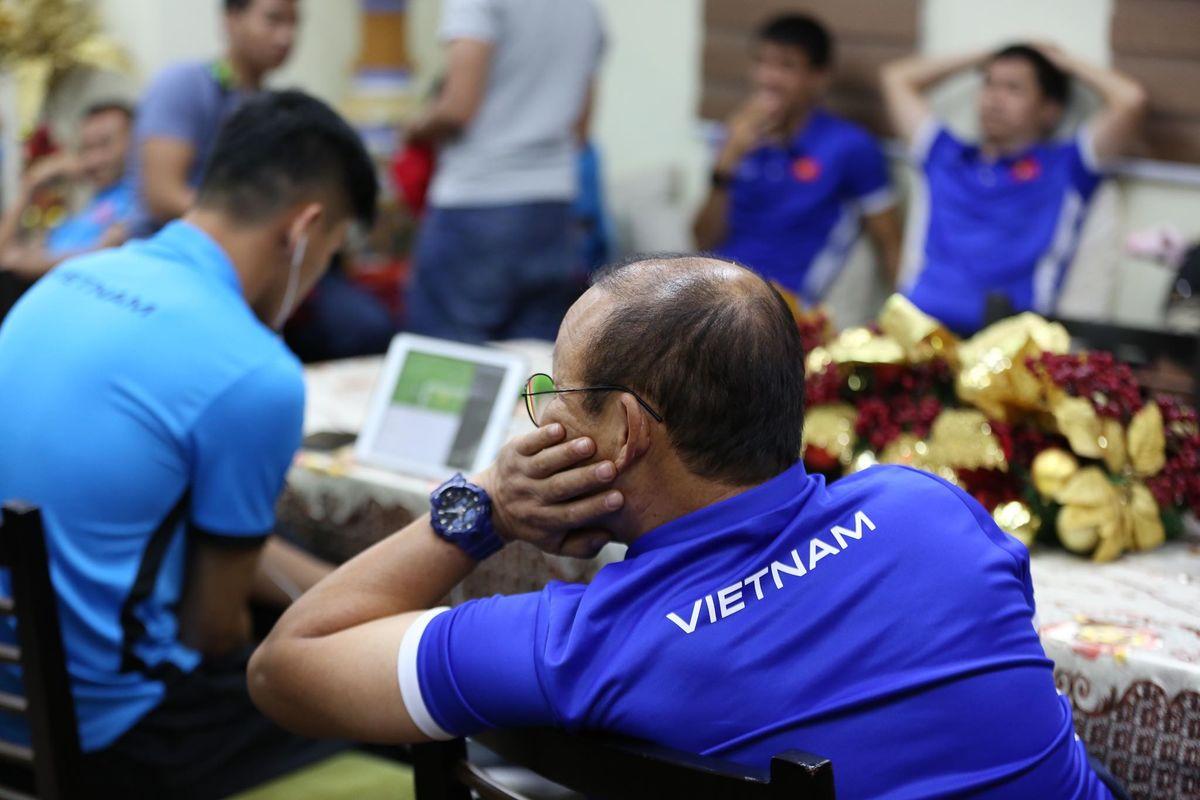 Tuyển Việt Nam mất hơn ba tiếng để nhập cảnh vào Philippines
