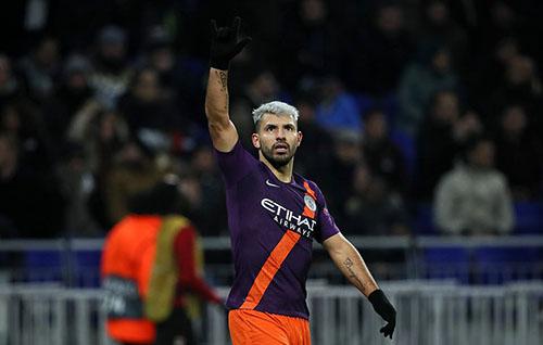Aguero mừng bàn thắng vào lưới Lyon tối 27/11. Ảnh: PA.