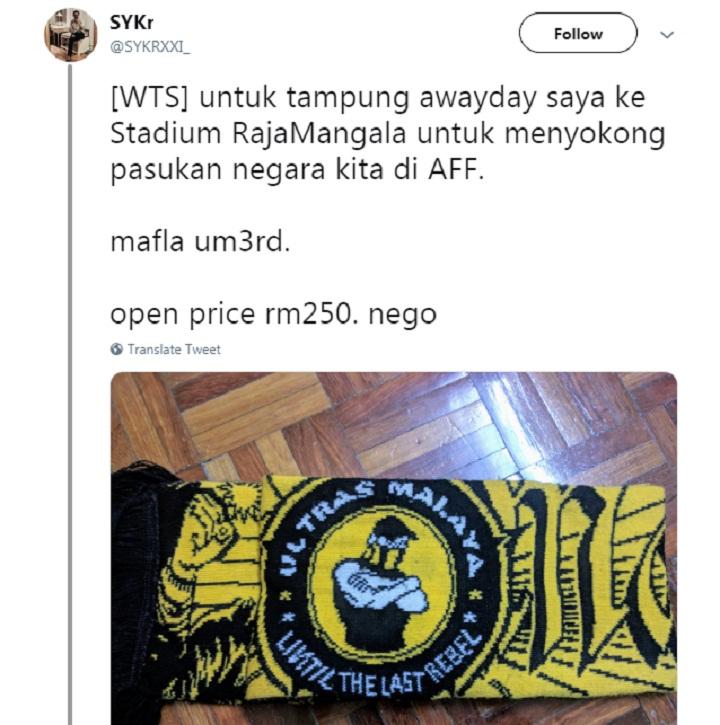 Một CĐV rao bán chiếc khăn để lấy tiền cho chuyến đi đến Thái Lan. Ảnh: Twitter.
