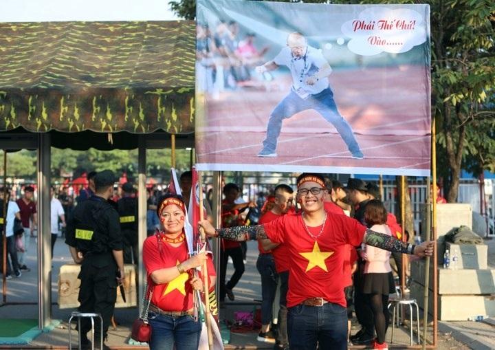 CĐV Việt Nam mang băng rôn khổ lớn tri ân HLV Park Hang-seo, sau khi đã qua cửa kiểm tra an ninh ở trận gặp Malaysia hôm 16/11. Ảnh: Ngọc Thành.