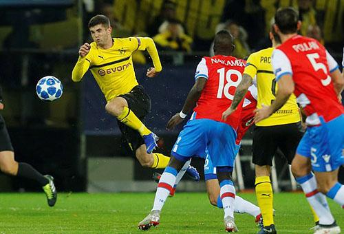 Pulisic (trái), người đang được Chelsea theo đuổi, chơi rất nỗ lực nhưng không mang lại hiệu quả tối 28/11. Ảnh: Reuters.