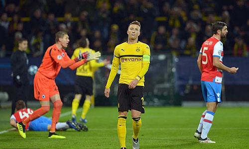 Marco Reus tiếc nuối khi bỏ lỡ cơ hội ghi bàn. Ảnh: Reuters.