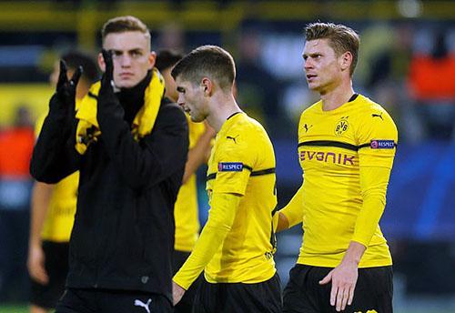 Cầu thủ Dortmund buồn vì không giành trọn ba điểm. Ảnh: Reuters.