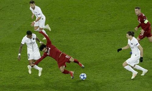 Hàng tiền đạo của Liverpool bị chia cắt với tuyến giữa và không thể gây đột biến. Ảnh: AFP.
